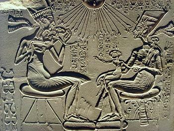 Relieve calizo del posible altar familiar de Ajenaton