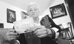 Felicidad Rodriguez leyendo la carta de madre