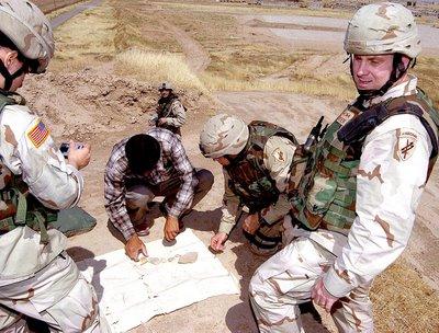 Militares norteamericanos comprando piezas arqueológicas en el mercado negro en Irak