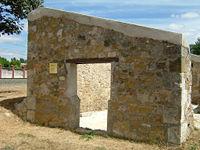 Restos del cuerpo de guardia de la entrada al campo