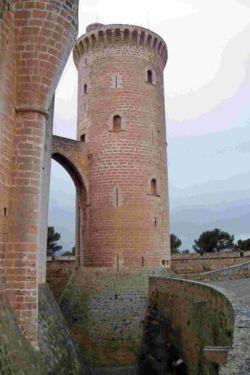 Vista de la Torre del Homenaje y su base o Prisión de S'Olla