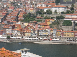 Panorámica de Cais de la Ribeira desde un mirador en Vilanova de Gaia