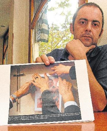 E. Silva con la fotografia de su abuelo E.Silva Faba