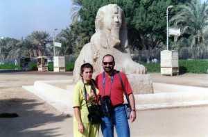 Aurora y yo con una esfinge en Menphis (El Cairo)