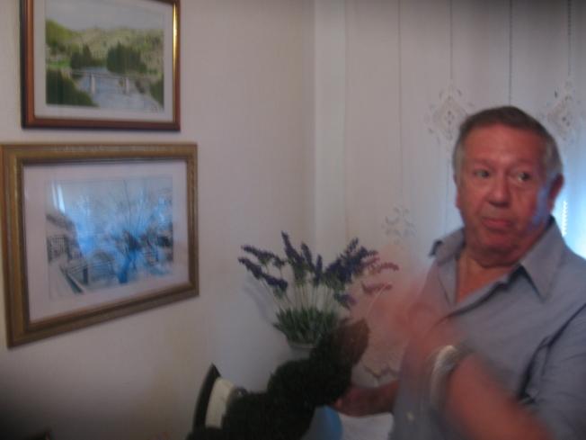 """Manolo Álvarez Centeno, alias """"Manolo sardina"""" dándonos explicaciones sobre uno de sus cuadros, de las posiciones de los soldados republicanos y de la caída del cura del ejército nacional"""