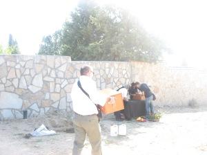 Transportando la caja con los restos de Leoncio Sánchez Castillo