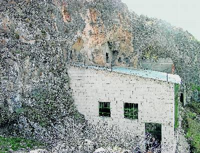 Entrada a la cueva de La Carihuela, en Granada, cerrada desde 1996. - J. CARRIÓN