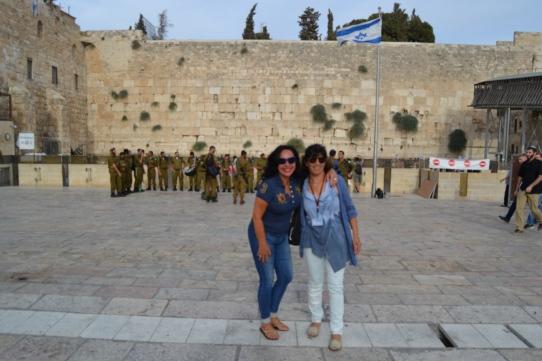 En el Muro de Jerusalén con nuestra cicerone y buena amiga en Tierra Santa Etti Bressler